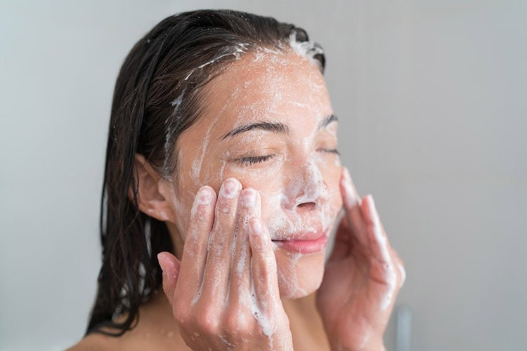 How to Keep Your Skin Beautiful in Winter with Gentle Cleanser