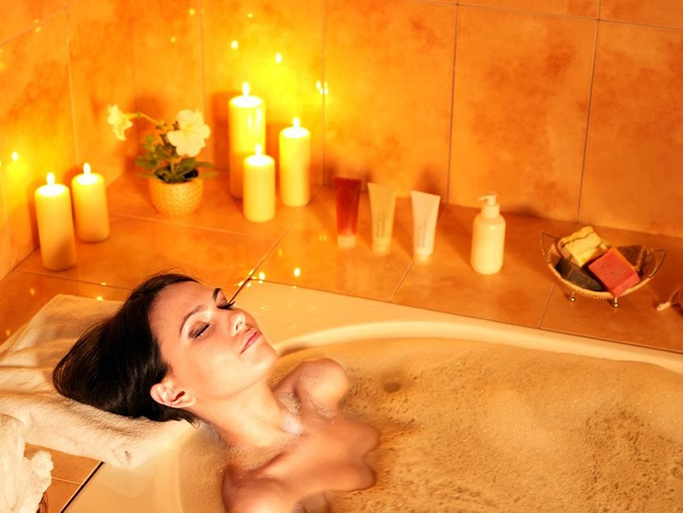 How to Keep Your Skin Beautiful in Winter with Stick to warm baths and ban superhot baths