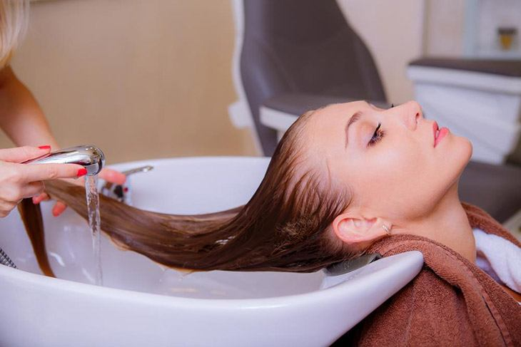 How to Remove Splat Hair Dye with warm water to rinse your hair